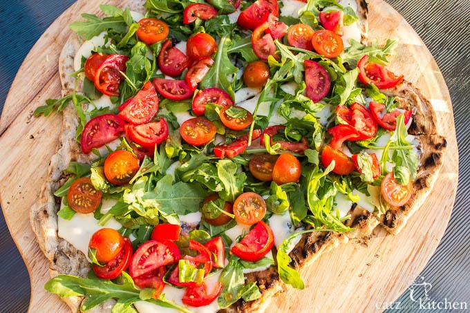 Tomato Salad Grilled Pizza | Club 31 Women | club31women.com #grilling