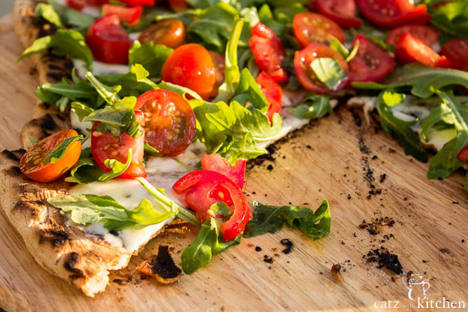 Tomato Salad Grilled Pizza | Club 31 Women | club31women.com #grilling