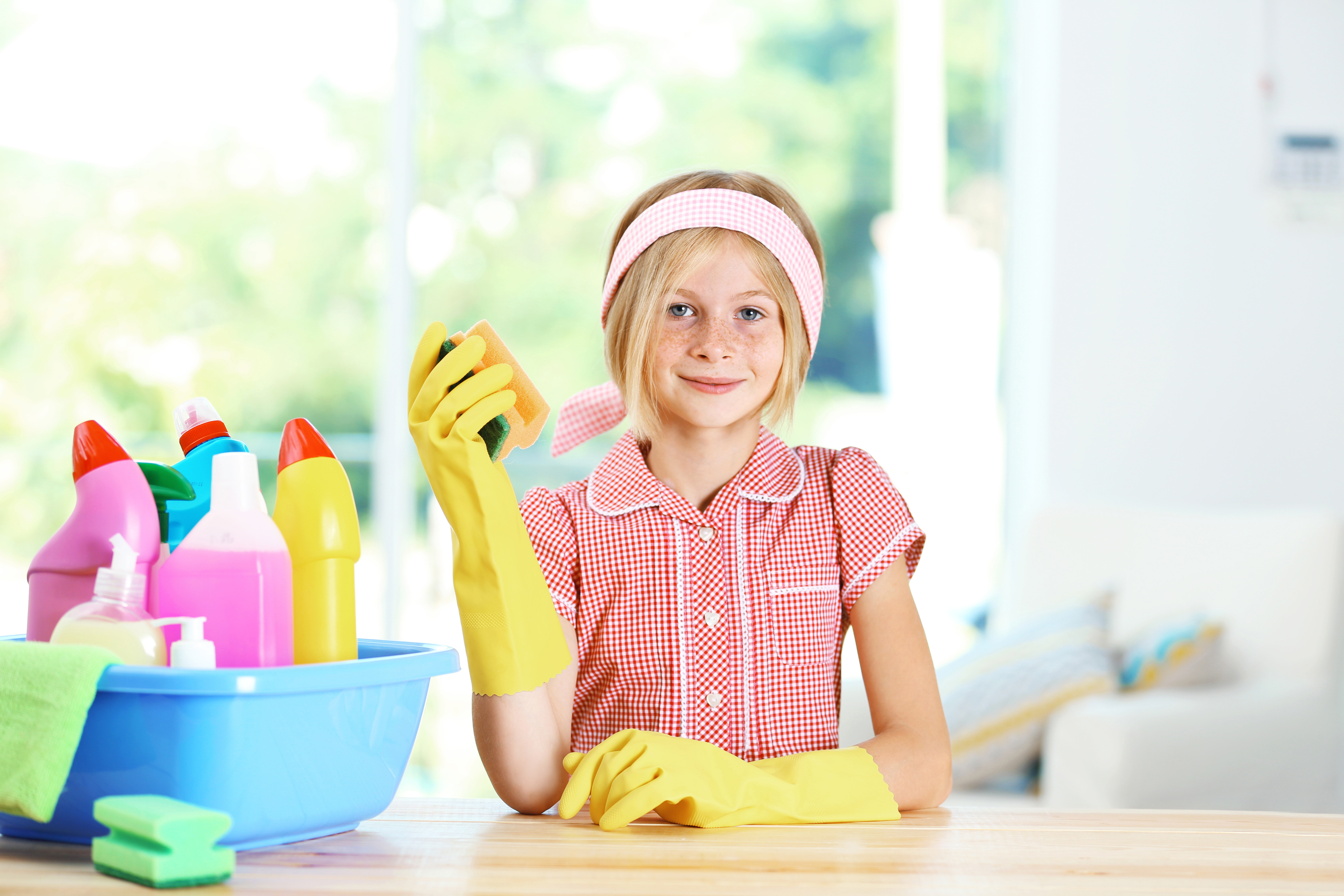 children cleaning their room - HD5760×3840